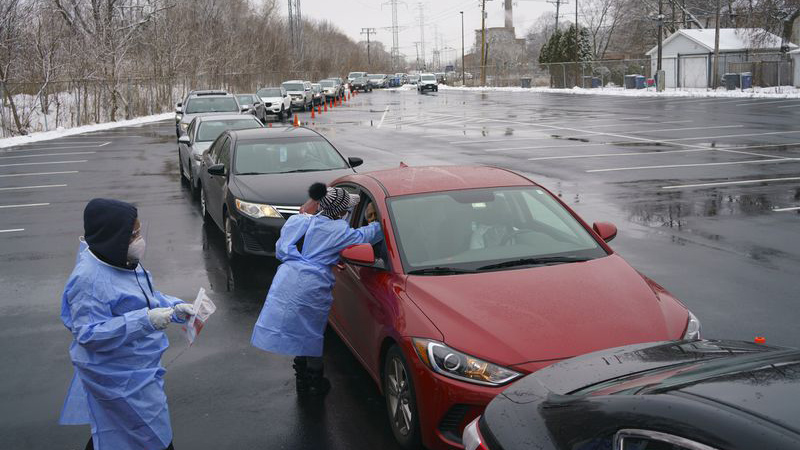 Cars lined up at a COVID testing facility in Evanston, Illinois. Photo by (Youngrae Kim / Chicago Tribune)