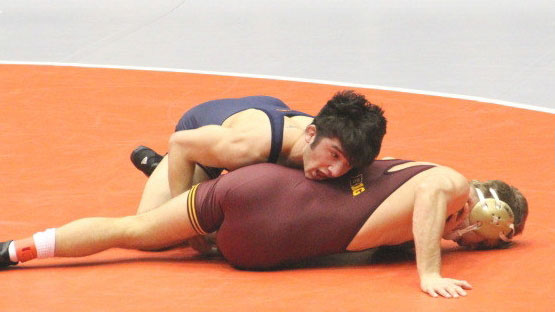 image of illini wrestler isaiah martinez