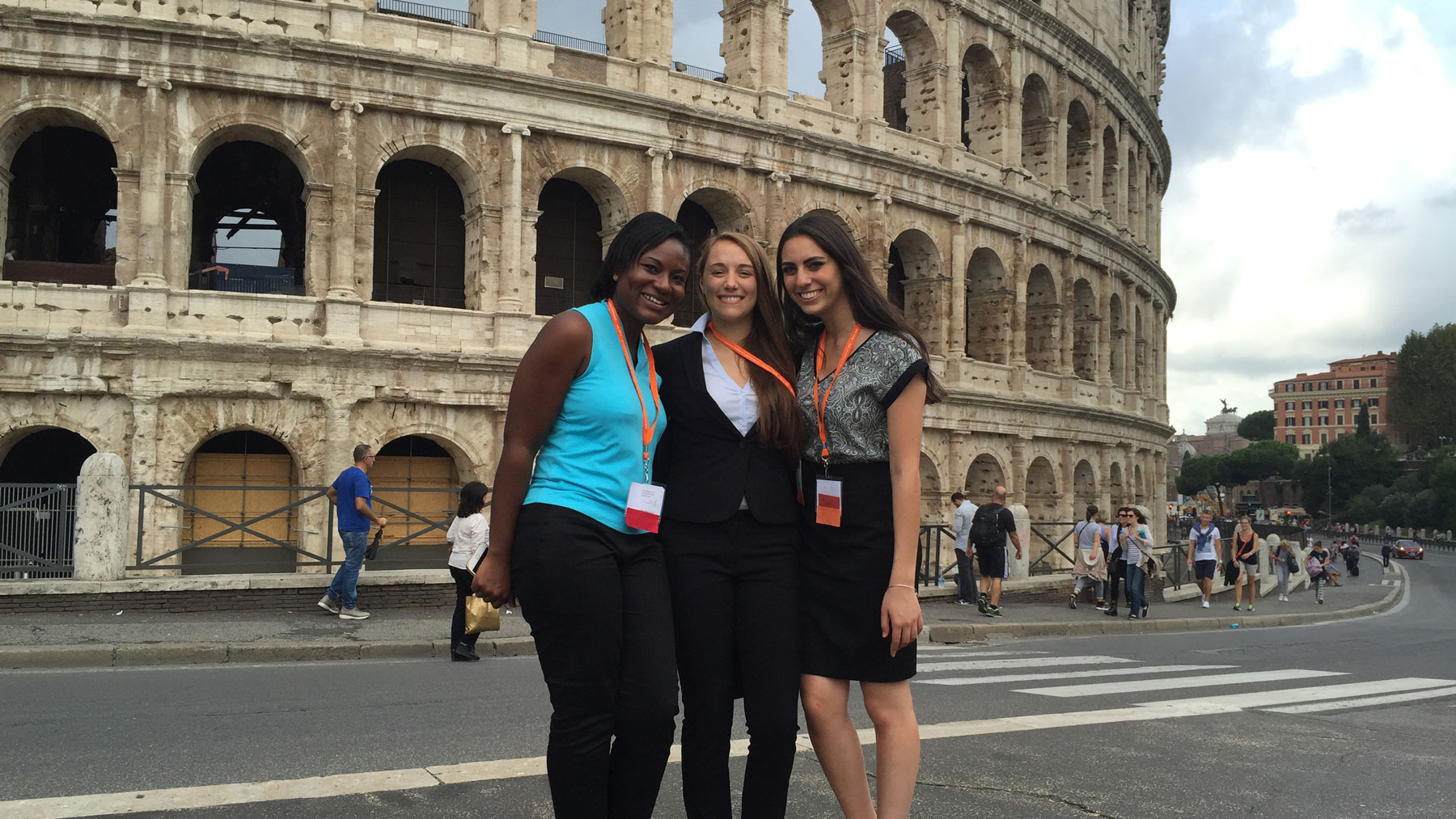image of students outside the colosseum in Rome, Italy