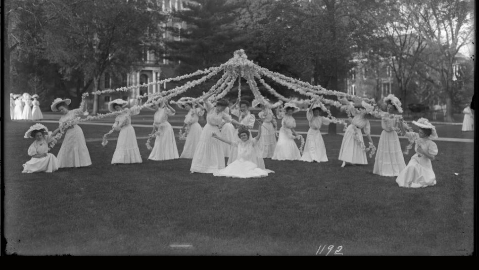 the ceremoney crowning the May Queen in 1908