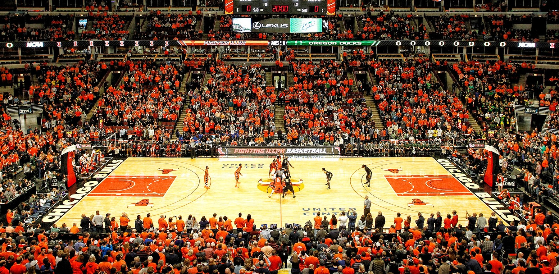 Illini men's basketball team plays on the floor of the United Center in Chicago