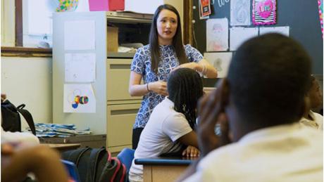 Amanda Fagenson teaching in a Chicago classroom