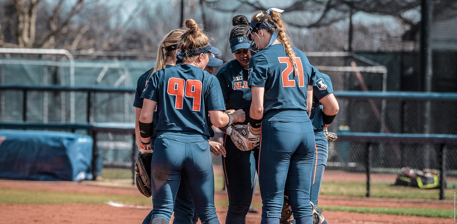 Illini softball players huddle