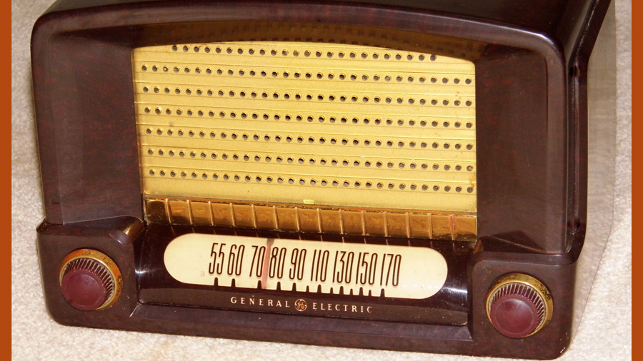 vintage GE radio. Photo by Joe Haupt via Wikimedia Commons