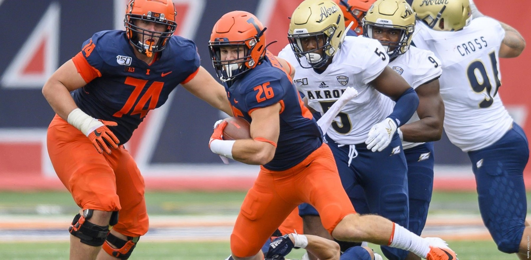 Mike Epstein carries the ball in a running play for Illinois against Akron in the first game of the 2019 season